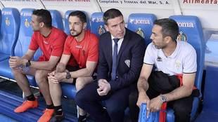 Luis Carrión, junto a su cuerpo técnico, en el banquillo de Getafe...
