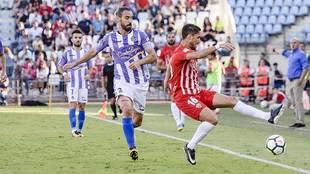 Fidel intenta controlar un balón ante Borja en el Almería-Valladolid...