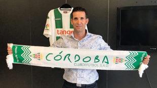 Merino posa con la bufanda del Córdoba tras firmar su contrato con el...