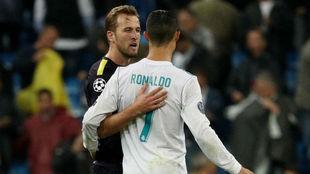 Kane abraza a Cristiano en el Bernabéu