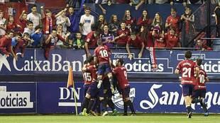 Los jugadores de Osasuna celebran el reciente gol de Torró al...