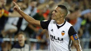 Rodrigo celebra un tanto esta temporada en Mestalla.