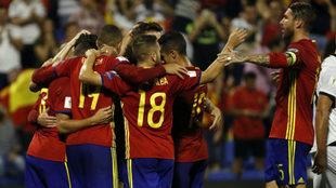 España celebra uno de los goles logrados ante Albania.