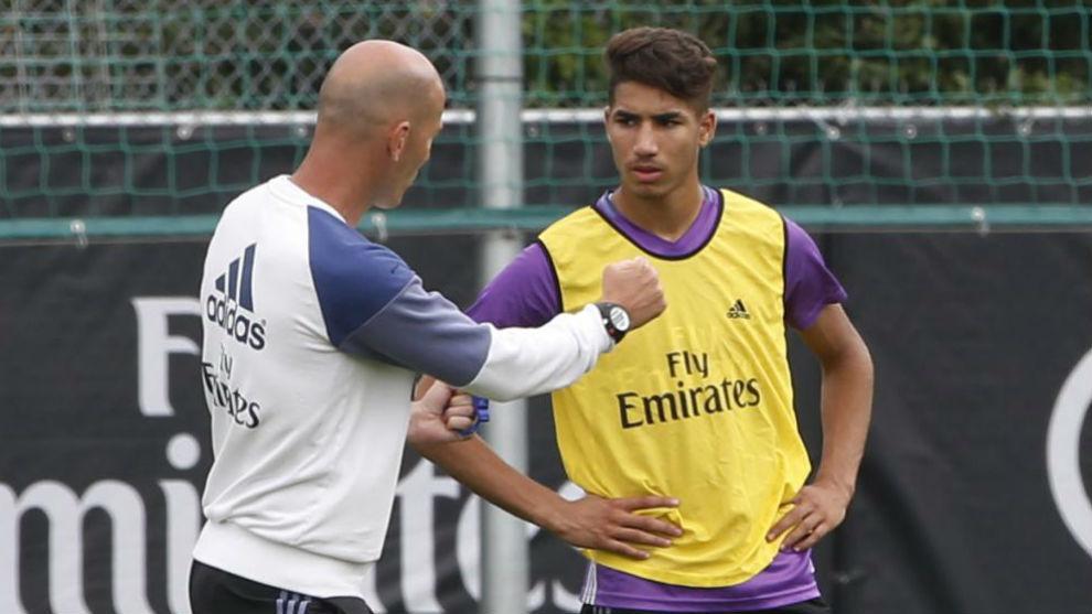 Zidane charla con Achraf en un entrenamiento