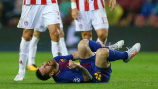 Messi se duele contra Olympiacos.