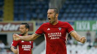 Cervero celebra un gol con el Mirandés en El Sardinero
