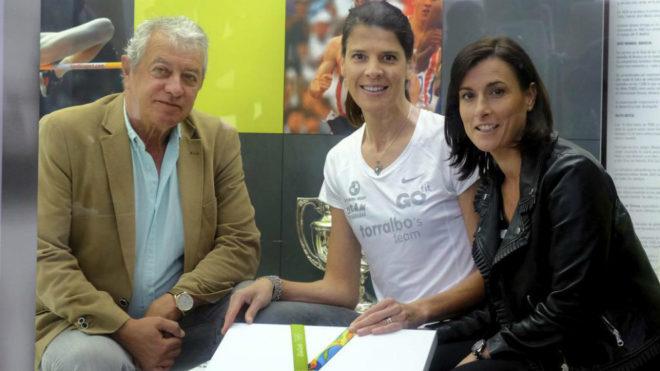 Ruth Beitia junto a su entrenador Ramón Torralbo y Gema Igual,...