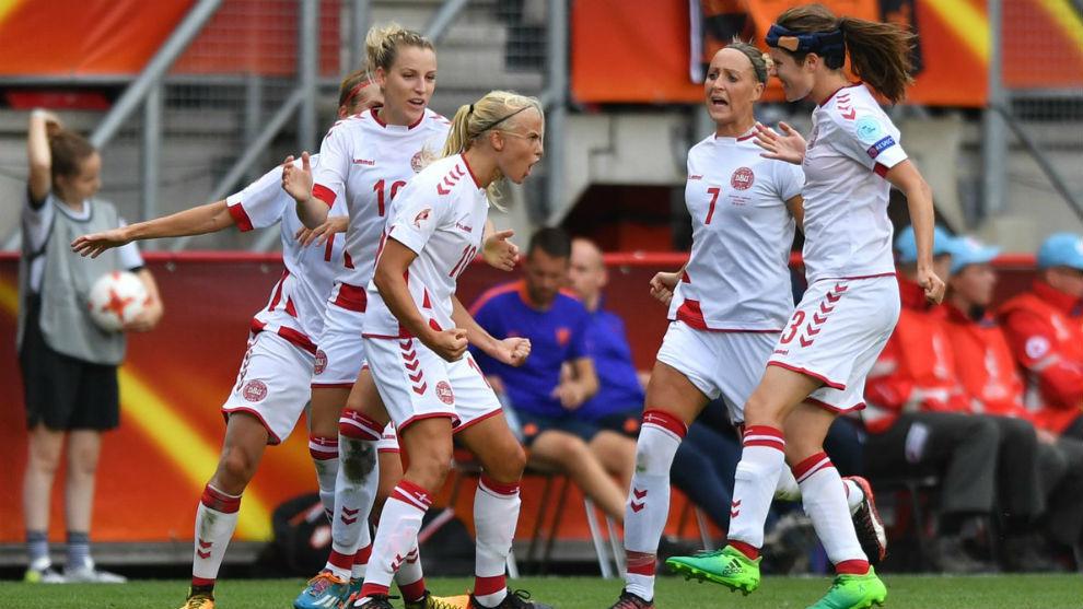 Las jugadoras danesas celebran un gol en la Eurocopa de Países bajos.