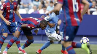 Jugadores del Levante y el Girona en un instante del partido por...