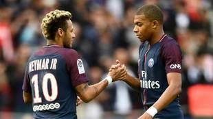 Neymar y Mbappé se saludan en un encuentro.