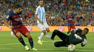 Kameni detiene un disparo a Luis Suárez en su etapa como portero del...