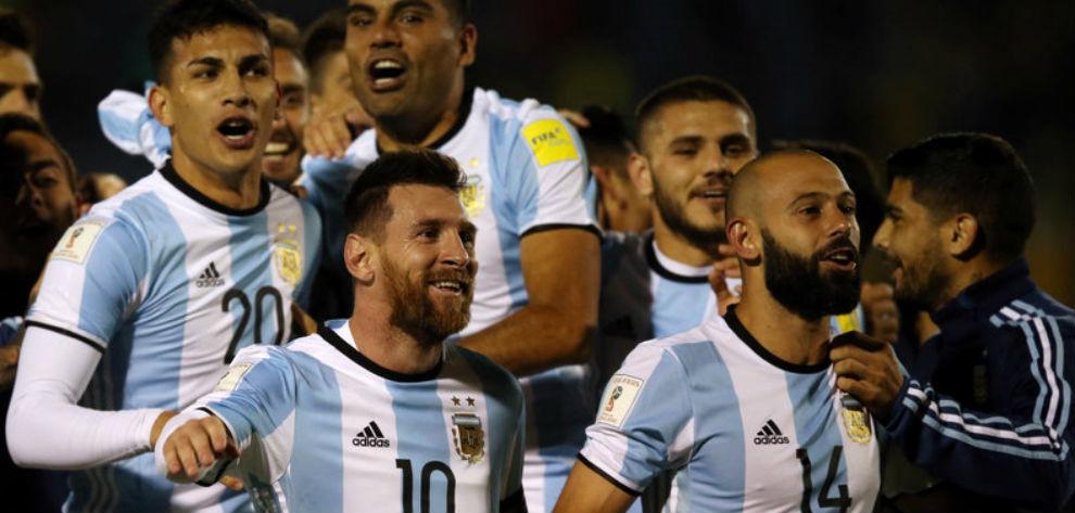 Messi y Mascherano celebran el pase mundialista contra Ecuador.