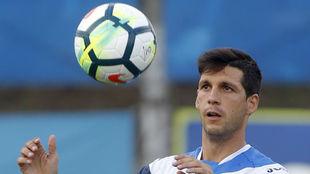 Javi López controla un balón.