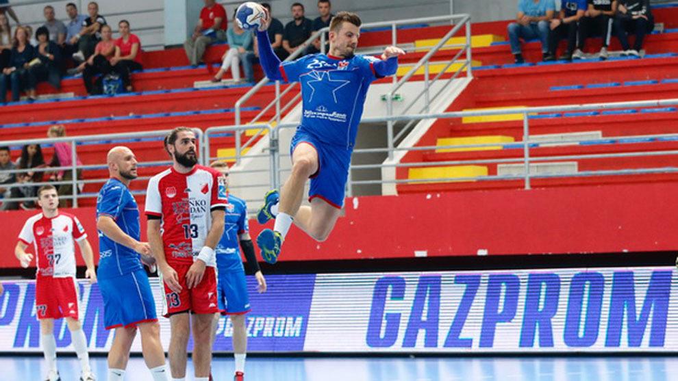 Ljubo Vukic lanza a portería en partido ante el RK Vojvodina