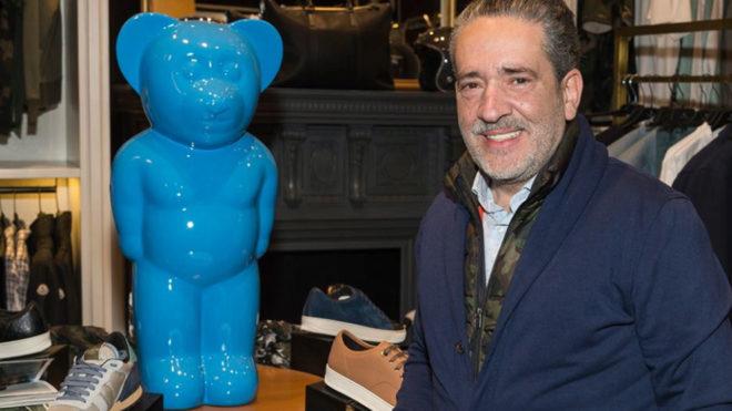 El escultor Eladio de Mora junto a una de sus creaciones