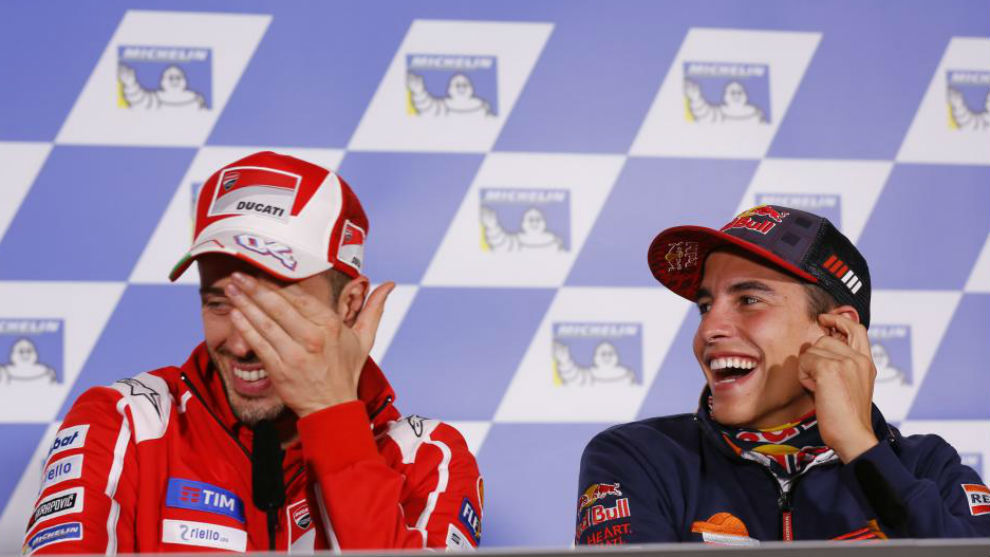 Dovizioso y Márquez se ríen durante la rueda de prensa de ayer en...