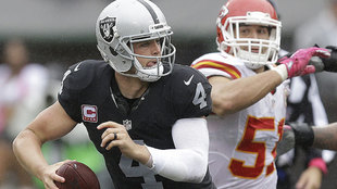 Derek Carr ante Kansas City en 2016.
