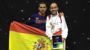 Álex Vidal (derecha) junto a Rafael Alcázar, el seleccionador.
