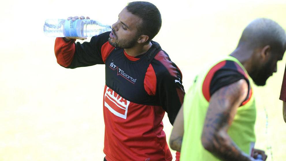 Pedro León bebiendo agua en un entrenamiento
