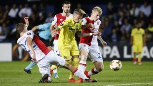 Castillejo pugnando un balón con la defensa del Slavia