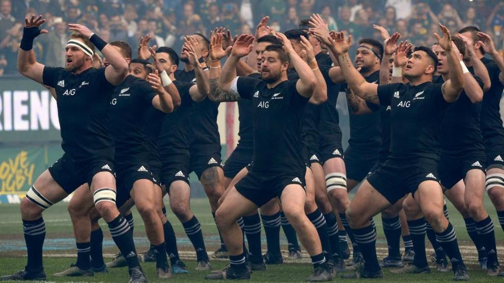 Los jugadores de los All Blacks realizan el Haka antes de un partido