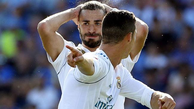 Benzema se lamenta tras una ocasión fallada ante la presencia de...