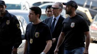 Nuzman custodiado por policias brasileños en la entrada al juzgado
