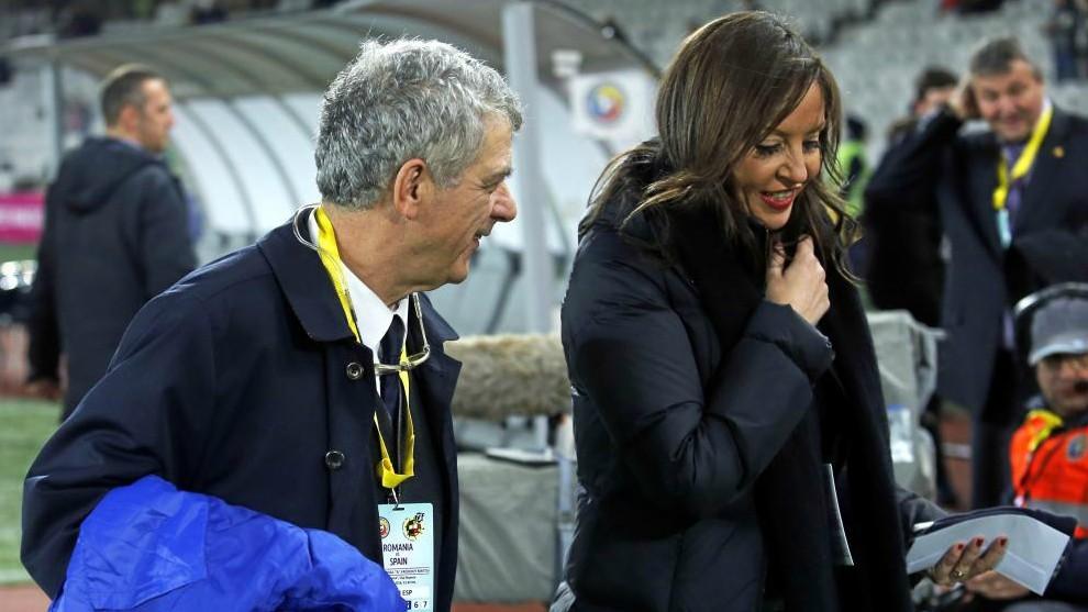 María José Claramunt, junto a Ángel María Villar en un partido...