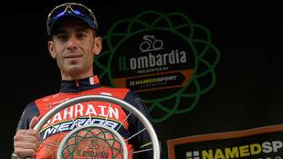 Vicenzo Nibali posa con su trofeo de campeón del Giro de Lombardía.