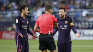 Neymar y Messi protestan una decisión de Gil Manzano en el último...