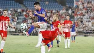 Johannesson disputa el balón con Morcillo en el Almería-Oviedo