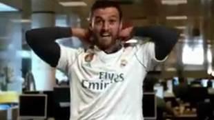 Kiko Narv�ez con la camiseta del Real Madrid por la campa�a...