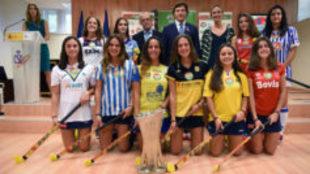 Foto de familia con todas las jugadoras que estuvieron presentes en el...