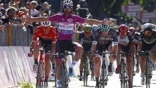 Fernando Gaviria celebra el triunfo en una etapa