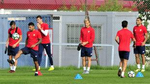 Varios jugadores sevillistas, al comienzo del entrenamiento.
