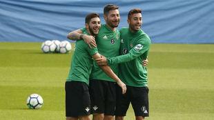 Redru, Javi García y Camarasa bromean en el entrenamiento.