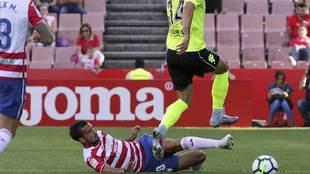 Saunier en el suelo corta la jugada de Sergi Guardiola en el...