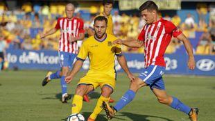 Nono (26) intenta efectuar un pase ante la oposición de Sergio...