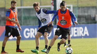 Borja Valle (25) pelea un balón con Fede Cartabia (24) en un...