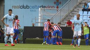 Los jugadores del Atlético celebran un tanto en Balaídos