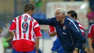 Torres recibe instrucciones de Aragonés en un partido en el...