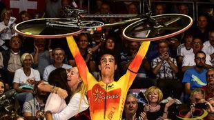 Albert Torres celebra su medalla nada más finalizar la carrera.