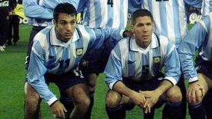 Gustavo López junto a Simeone con los colores de la selección...