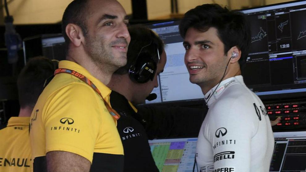Sainz y Abiteboul, sonrientes tras la primera jornada del español en...