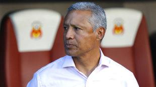 Hernández, presenciando el trabajo de sus dirigidos ante León.