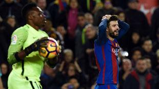Carlos Kameni, en un partido con el M�laga en el Camp Nou.