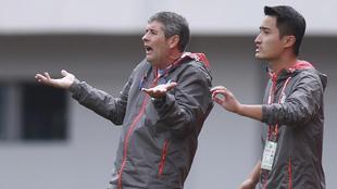 López Caro en un momento del choque junto a su técnico asistente