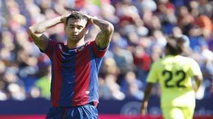 Nano Mesa lamenta una ocasión fallada durante el partido contra el...