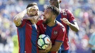 Morales celebra su gol con el característico gesto del saludo...