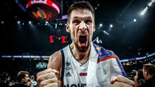 Gasper Vidmar celebra el triunfo de la selección de Eslovenia en el...
